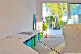 Villa Porto Vecchio: Chambre d'enfant de style de style Moderne par STUDIO LOUISMORGAN