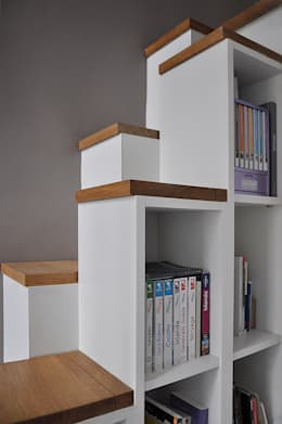escalier bibliothèque: Couloir, entrée, escaliers de style de style Moderne par LLARCHITECTES