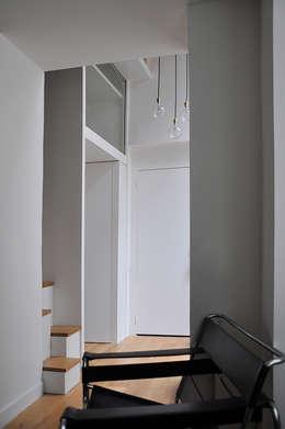 Pasillos y recibidores de estilo  por LLARCHITECTES