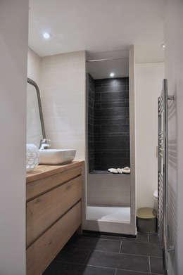 salle de bain: Salle de bains de style  par LLARCHITECTES