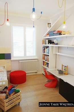 Dormitorios infantiles de estilo escandinavo por JedyneTakieWnętrza