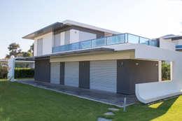 Akseki Yapı – Kırmızı İnşaat - Çeşme 18 Villaları: modern tarz Evler