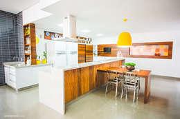 Espaço Gourmet: Cozinhas ecléticas por Rafaela Dal'Maso Arquitetura