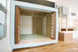 小上がりのタタミスペース: 戸田晃建築設計事務所が手掛けた寝室です。