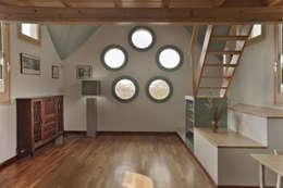 Salón de apartamento en cúpula de edificio: Salones de estilo escandinavo de mobla manufactured architecture scp