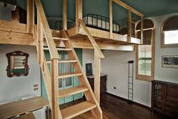 Escalera: Dormitorios de estilo rústico de mobla manufactured architecture scp
