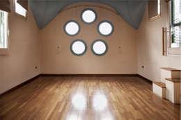 Salón de apartamento en cúpula de edificio: Salones de estilo minimalista de mobla manufactured architecture scp