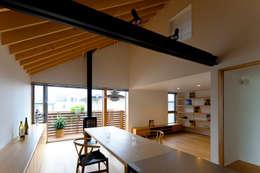 鎌倉の家: 望月建築アトリエが手掛けたダイニングです。