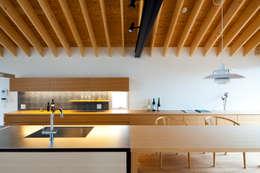 鎌倉の家: 望月建築アトリエが手掛けたキッチンです。
