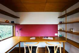 鎌倉の家: 望月建築アトリエが手掛けた書斎です。