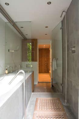 Renovatie en verbouwing woonhuis te Amsterdam: moderne Badkamer door Kodde Architecten bna