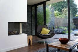 Uitbreiding Woning en ontwerp buitenruimte: moderne Woonkamer door RAW architectuurstudio