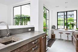 Vernieuwbouw grachtenpand: moderne Keuken door Kodde Architecten bna