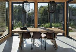 Duinvilla te Monster: moderne Eetkamer door Kodde Architecten bna