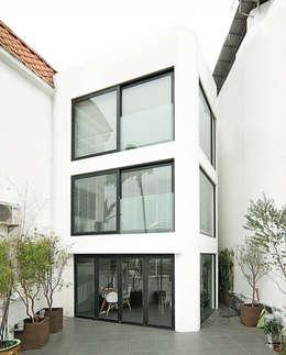 RENOWACJA DOMU W SAI KUNG / HONG KONG: styl minimalistyczne, w kategorii Domy zaprojektowany przez OneByNine