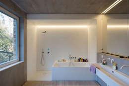 HAUS SCHÖNTAL BERLIN: moderne Badezimmer von REICHWALDSCHULTZ Berlin