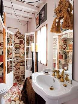 Baños de estilo  por Suelos Hidráulicos Demosaica