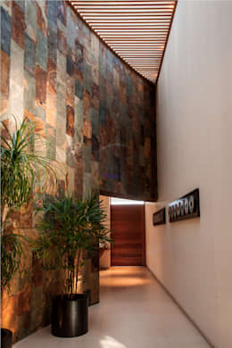 Pasillos y vestíbulos de estilo  por GRUPO VOLTA