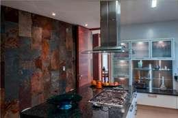 Cocinas de estilo moderno por GRUPO VOLTA