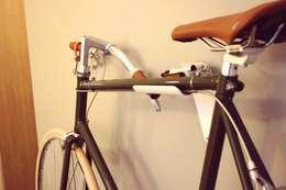 FlipCrown: een plaatsbesparende fietsoplossing: moderne Gang, hal & trappenhuis door Deltareference
