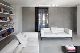 woning en kantoor volledig in ter plaatse gestort beton: minimalistische Woonkamer door pluspunt architectuur