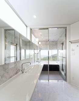 Baños de estilo moderno por 株式会社細川建築デザイン