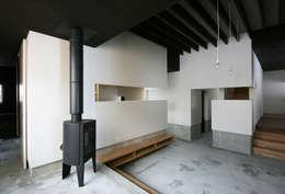 リビングルーム1: 石塚和彦アトリエ一級建築士事務所が手掛けたリビングです。