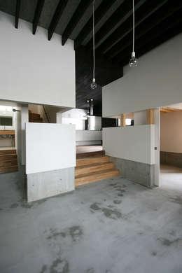 リビングルーム4: 石塚和彦アトリエ一級建築士事務所が手掛けたリビングです。