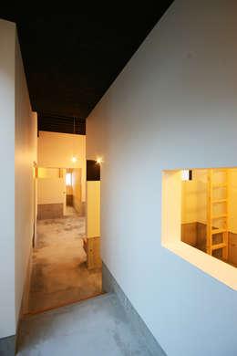廊下: 石塚和彦アトリエ一級建築士事務所が手掛けた玄関・廊下・階段です。
