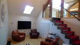 un espace cocoon: Salle multimédia de style  par Benoit Viot Eirl