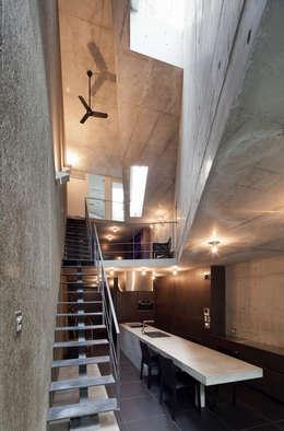 内観:ダイニング: プライム建築都市研究所が手掛けたダイニングです。