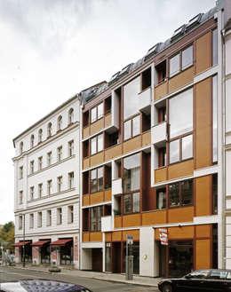 Auguststraße: moderne Häuser von HS Architekten BDA