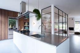 Verbouwing en inrichting jaren '30 woning: moderne Keuken door StrandNL architectuur en interieur