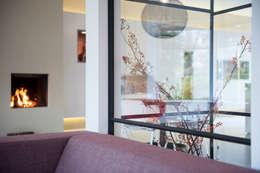 Ventanas y puertas de estilo  por StrandNL architectuur en interieur