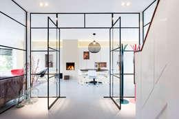 Verbouwing en inrichting jaren '30 woning: moderne Eetkamer door StrandNL architectuur en interieur