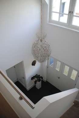Pasillos y vestíbulos de estilo  por halma-architecten