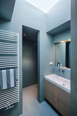 浴室 by StrandNL architectuur en interieur