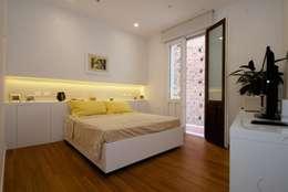 CASA SG 14: Camera da letto in stile in stile Moderno di CalìArchitetti