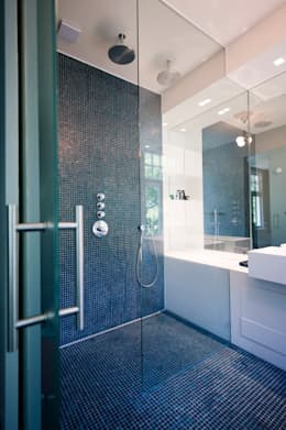 modern Bathroom by StrandNL architectuur en interieur