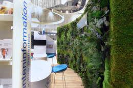 Konservierte, grüne Wand aus echten Pflanzen:  Messe Design von FlowerArt GmbH | styleGREEN