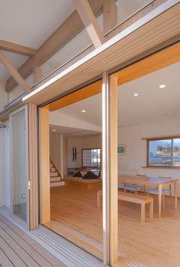 柿の木のある家: あきもとちえこ建築設計事務所が手掛けた窓です。
