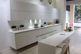 Cocinas de estilo moderno por XEY Corporación Empresarial