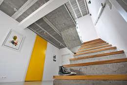 Beam & Block House: styl , w kategorii Korytarz, przedpokój zaprojektowany przez mode:lina™