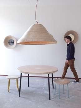 Twisted Light Inside Design IJburg: moderne Woonkamer door Studio Erwin Zwiers