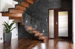 Corridor, hallway & stairs  by BRODA schody-dywanowe
