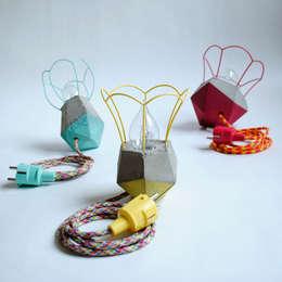 Oma's Lampje gekleurd beton: moderne Woonkamer door Nathaly Furniture and Design