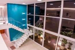 Salas / recibidores de estilo moderno por HAUS