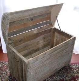 coffre en bois de palette de récupération: Maison de style  par Bois flotté de Gibus