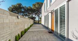 Pasillo de entrada - Grey House | 08023 Arquitectos - Barcelona: Casas de estilo industrial de 08023 Architects