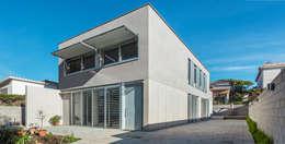 Fachada Principal - Grey House | 08023 Arquitectos - Barcelona: Casas de estilo industrial de 08023 Architects